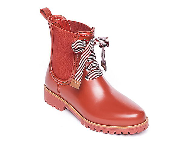 Keep your feet covered during drizzling days by wearing the Zina rain boot from Bernardo. This versatile pair features a Chelsea-inspired design and waterproof rubber for puddle-friendly wear! Click here for Boot Measuring Guide.