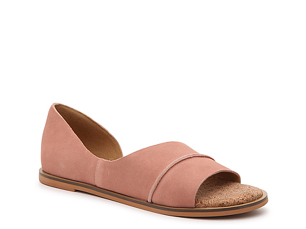 Pull together your favorite looks with the Fentin 2 flat from Lucky Brand. This leather pair features d\\\'Orsay styling and a cork footbed for cushioned steps!